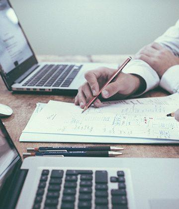 Gestion de anomalias. Procainsa. Gente trabajando sobre escritorio con portátiles.